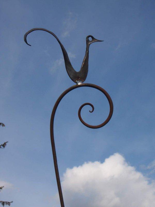 handgeschmiedeter Vogel auf Schnörkel